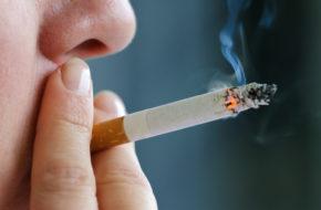 Roken is een leefstijlkeuze die de gezondheid beïnvloedt.